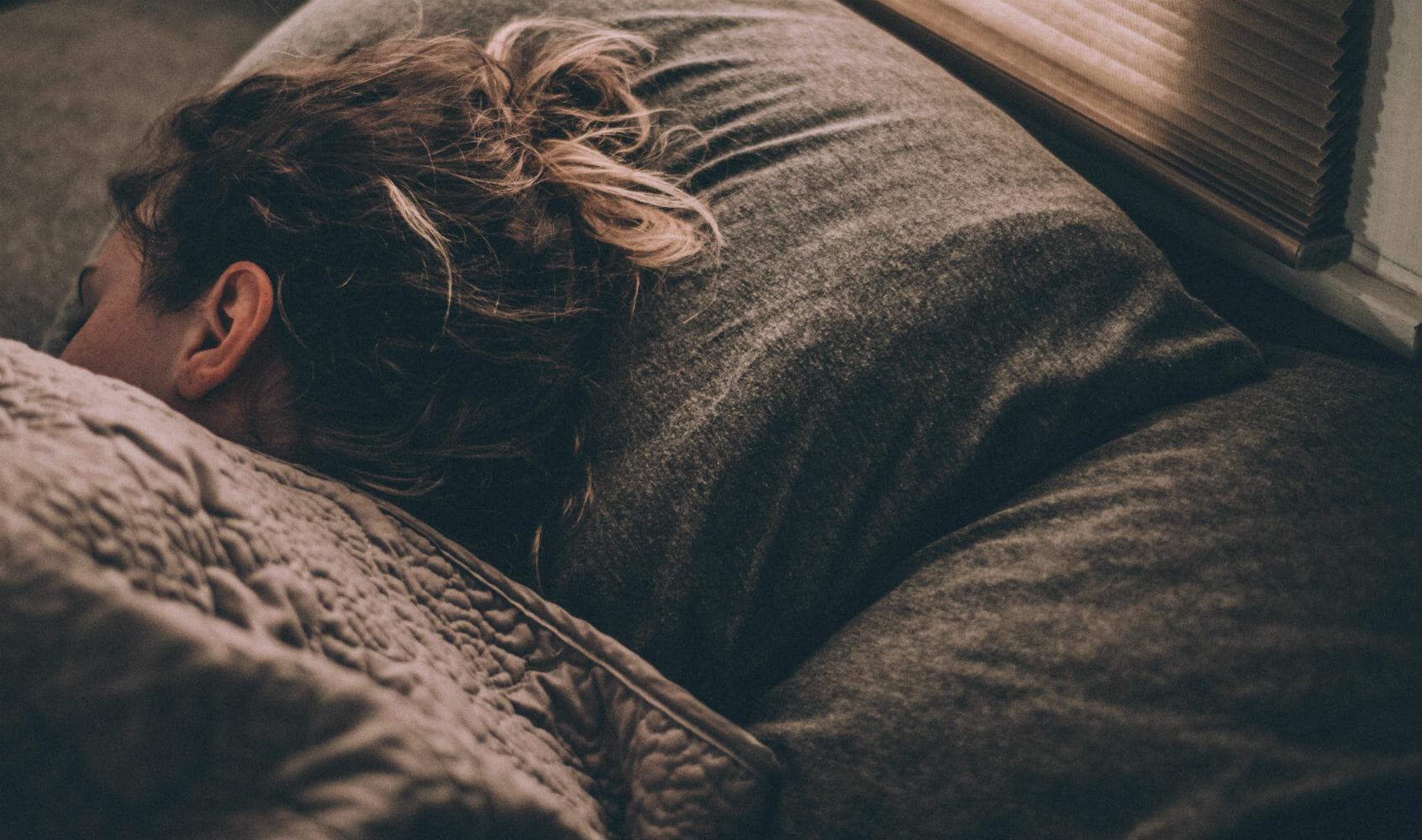 En esta foto vemos a una chica durmiendo plácidamente en su cama